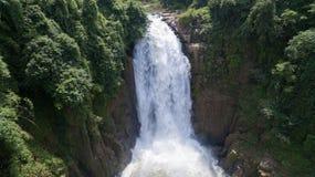 Paesaggio di cascata molto alta dalla scogliera in foresta, Tailandia Fotografia Stock Libera da Diritti
