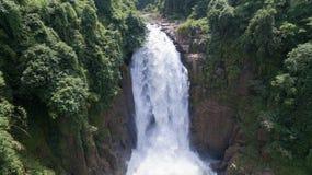 Paesaggio di cascata molto alta dalla scogliera in foresta, Tailandia Immagine Stock Libera da Diritti