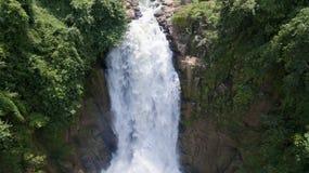 Paesaggio di cascata molto alta dalla scogliera in foresta, Tailandia Fotografia Stock