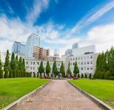 Paesaggio di Central Park con costruzione moderna Fotografia Stock