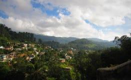 Paesaggio di Cityview in Bandarawela con le montagne e le nuvole Fotografia Stock Libera da Diritti