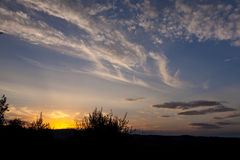 Paesaggio di estate con il cielo e le nuvole blu scuro Fotografia Stock Libera da Diritti