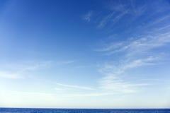 Paesaggio di estate con il cielo ed il mare Immagini Stock Libere da Diritti