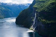 Paesaggio di estate con il fiordo e la cascata, Norvegia Fotografie Stock Libere da Diritti