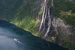 Paesaggio di estate con il fiordo e la cascata, Norvegia Immagini Stock