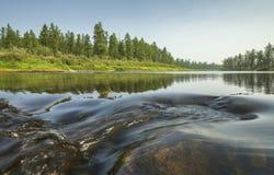 Paesaggio di estate con il fiume e l'onda fotografia stock
