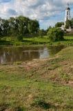 Paesaggio di estate con il fiume e la chiesa Fotografia Stock Libera da Diritti
