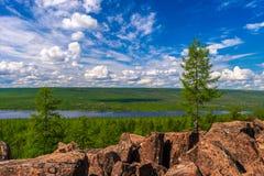 Paesaggio di estate con il fiume, la foresta, le scogliere e le nuvole sul cielo blu fotografie stock libere da diritti