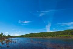 Paesaggio di estate con il fiume, la foresta, le scogliere e le onde fotografie stock