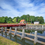 Paesaggio di estate con il ponte, il canale, il cielo blu e le nuvole rotatori, Tilburg, Paesi Bassi Immagine Stock Libera da Diritti