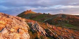 Paesaggio di estate con l'osservatorio nelle montagne Fotografia Stock Libera da Diritti