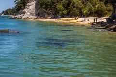 Paesaggio di estate con la gente sulla riva che prepara kayak Immagine Stock