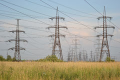 Paesaggio di estate con la linea elettrica Immagini Stock