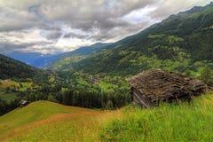 Paesaggio di estate con la tettoia nelle alpi svizzere Fotografia Stock Libera da Diritti