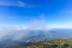 Paesaggio di estate con la vista della foresta pluviale da un'alta montagna Immagini Stock