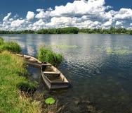 Paesaggio di estate con le barche immagini stock