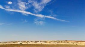 Paesaggio di estate con le montagne ed il bello cielo immagini stock libere da diritti