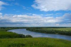 Paesaggio di estate con le viste del fiume dall'alta Banca Fotografia Stock