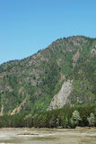 Paesaggio di estate con un'alta scogliera sopra il fiume Fotografia Stock Libera da Diritti