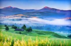 Paesaggio di estate con un paesino di montagna in foschia Fotografia Stock