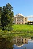 Paesaggio di estate del giardino e del palazzo di Pavlovsk. fotografia stock libera da diritti