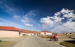 Paesaggio di estate del villaggio sul modo della strada 318 alla contea di Litang immagini stock libere da diritti