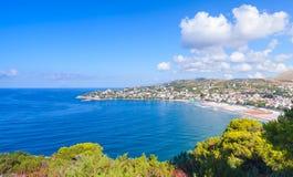Paesaggio di estate della costa di mar Mediterraneo Fotografia Stock