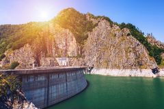 Paesaggio di estate della diga e del lago di Vidraru che emettono luce al sole Vidr Fotografia Stock Libera da Diritti