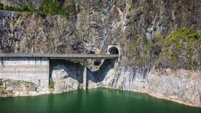 Paesaggio di estate della diga e del lago di Vidraru che emettono luce al sole Vidr Immagini Stock