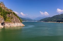 Paesaggio di estate della diga e del lago di Vidraru che emettono luce al sole Vidr Immagine Stock Libera da Diritti