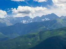 Paesaggio di estate della montagna con le catene montuose ed il cielo Fotografie Stock