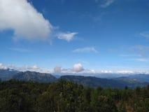 Paesaggio di estate in montagne e cielo blu con le nuvole in Sri Lanka immagini stock libere da diritti