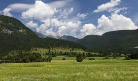 Paesaggio di estate in montagne e nel cielo blu scuro con le nuvole Fotografia Stock Libera da Diritti
