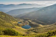 Paesaggio di estate in montagne e nel cielo blu scuro con le nuvole Immagine Stock Libera da Diritti