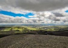 Paesaggio di estate di stordimento dell'Islanda: montagne vulcaniche nere coperte di muschio verde molle fotografia stock libera da diritti