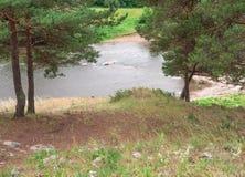 Paesaggio di estate sul fiume negli urali Immagini Stock