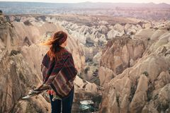 Paesaggio di formazione rocciosa di Cappadocia del turco osservato dal giovane Fe Immagini Stock Libere da Diritti