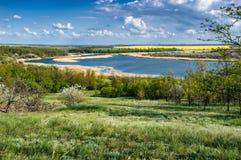 Paesaggio di giorno con l'immagine di un lago Immagine Stock Libera da Diritti