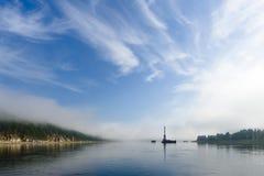 Paesaggio di giorno di estate con il fiume, la foresta, le nuvole sul cielo blu ed il sole Fotografia Stock