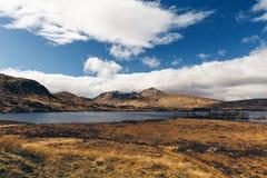 Paesaggio di Glencoe in Scozia il giorno soleggiato con cielo blu scotti immagini stock libere da diritti