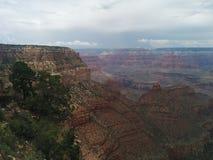 Paesaggio di Grand Canyon con le nuvole di tempesta distanti Fotografie Stock
