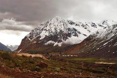 Paesaggio di grandi montagne e nuvole fotografia stock