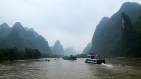Paesaggio di Guilin con le colline ed acque Fotografie Stock