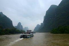 Paesaggio di Guilin con le colline ed acque Immagini Stock Libere da Diritti