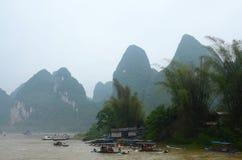 Paesaggio di Guilin con le colline ed acque Immagini Stock