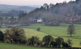Paesaggio di inglese nell'inverno con il pub del paese Fotografia Stock