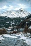 Paesaggio di inverno alla stazione sciistica Il fiume e le alte montagne Immagine Stock Libera da Diritti