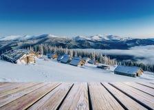 Paesaggio di inverno In attesa della festa Scena drammatica carpatico Fotografia Stock