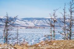 Paesaggio di inverno, bella vista del lago congelato nell'inverno con gli alberi al lago Baikal in Russia Immagini Stock Libere da Diritti