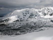 Paesaggio di inverno - catena montuosa di Tatry nella neve Fotografia Stock
